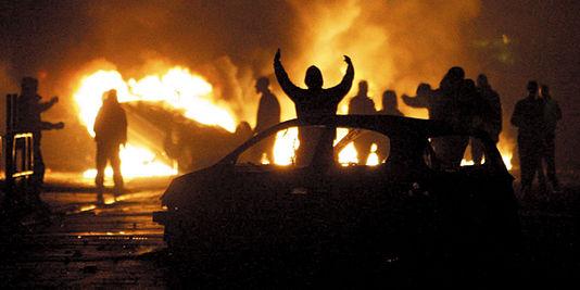 #Clichy Il s'asperge d'essence, met le feu et fonce sur les policiers : 2 policiers brûlés